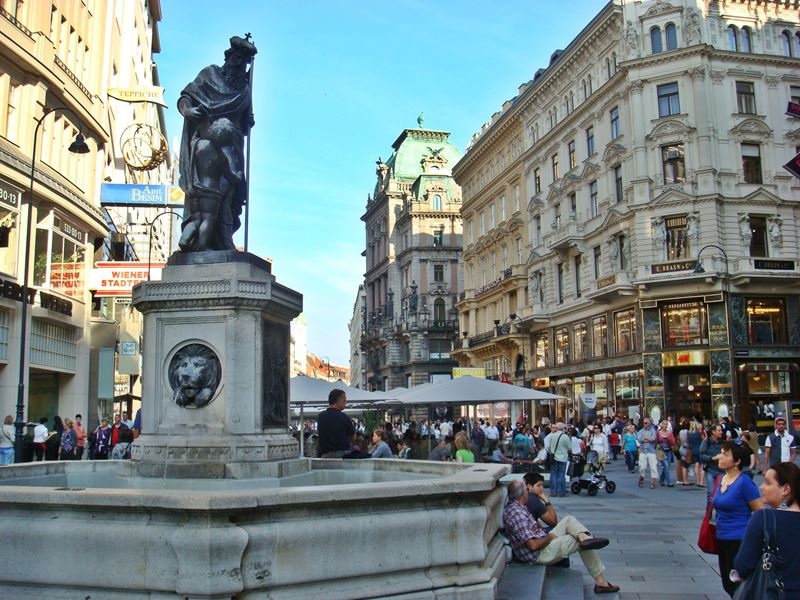 graben vienna shopping street with plague column. Black Bedroom Furniture Sets. Home Design Ideas